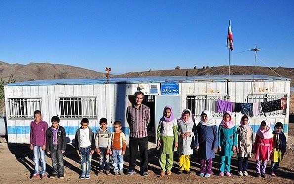 مدرسه ای در یکی از روستاهای استان آذربایجان شرقی که در کانکس بنا شده است.