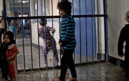آغوش مادر در پناه میلههای زندان/ حامد فرمند